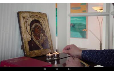 Tríggir ikonar standa í prestagarðinum í Lamba
